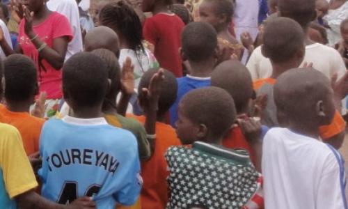 使用するコットンの生産者組合では、フェアトレードで得たプレミアムによって、子どもの教育や地域社会を民主的に改善しています。